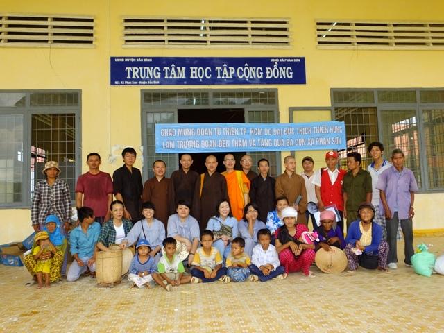 Đoàn từ thiện thăm và tặng quà tại Bình Thuận