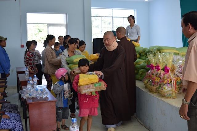 BTN Ánh Đạo gửi quà tết đến đồng bào dân tộc Châu Ro