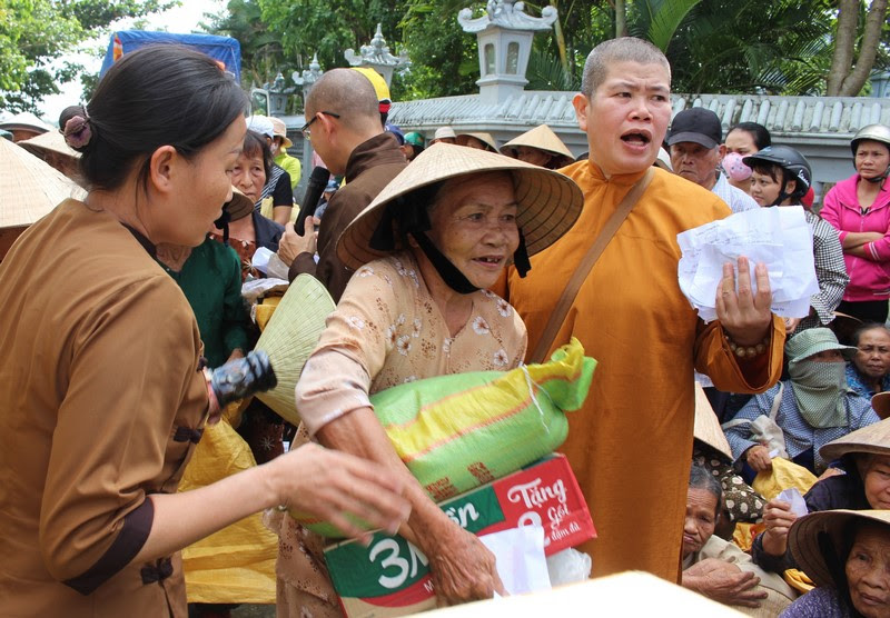 Phật giáo Bà Rịa Vũng Tàu trao tặng 1.150 suất quà cứu trợ bão lụt tại Quảng Nam